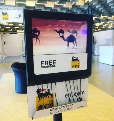 Plugin Box Colonnina di ricarica telefoni con 10 cavi per smartphone e tablet e display per proiezione video